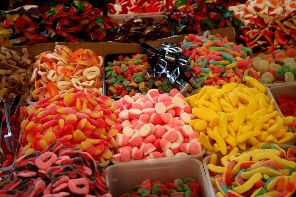 שוק ראש העין - קילוגרמים של סוכריות גומי בכל הצבעים ומכל המינים