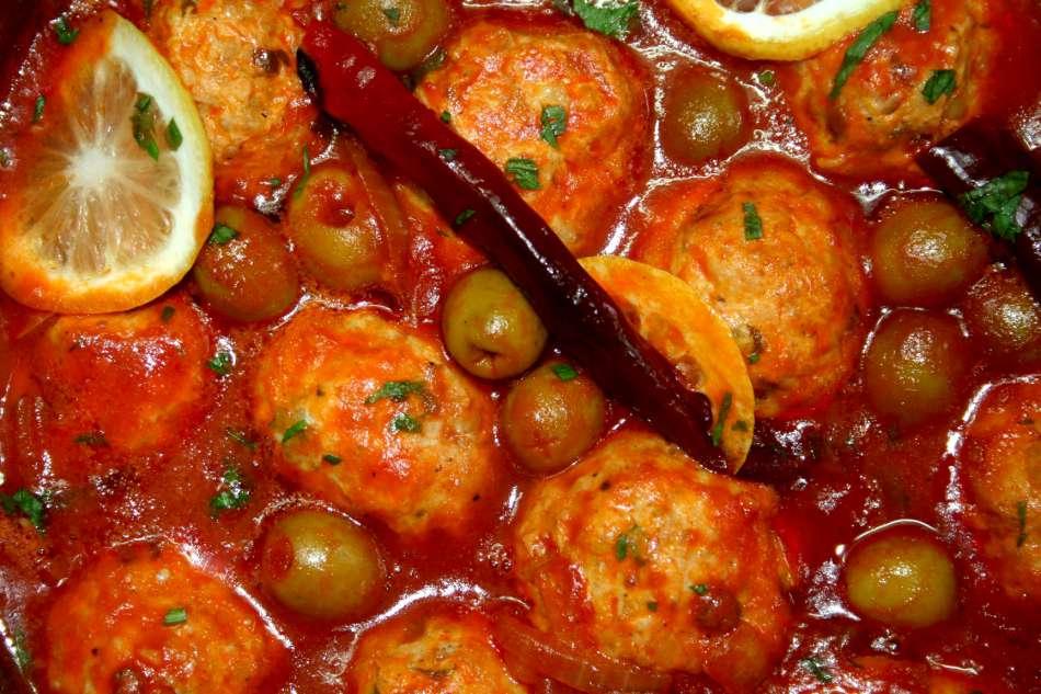 כדורי עוף עם זיתים ולימון ברוטב חמוץ מתוק