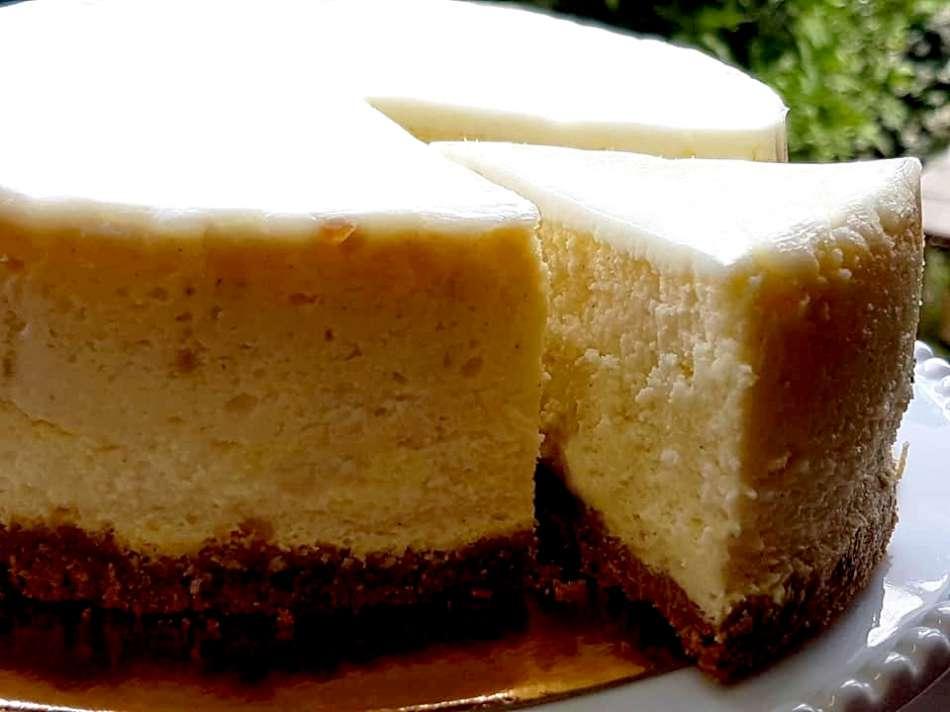 עוגת גבינה אפויה בציפוי שמנת חמוצה