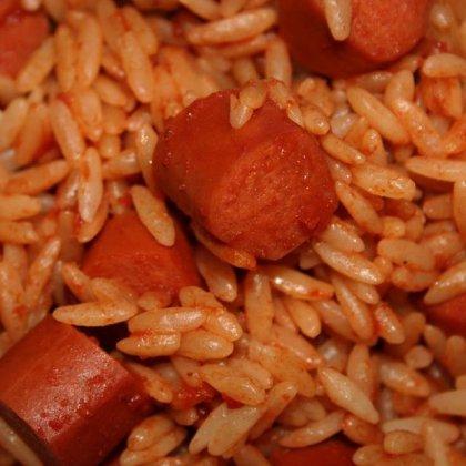 פתיתים עם נקניקיות עוף ברוטב ברבקיו ועגבניות