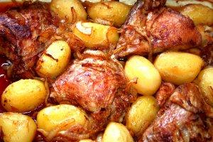 עוף ותפוחי אדמה ברוטב בצל - צילום: שפרה נחום