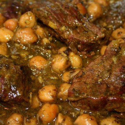 טבחה בחומוס – תבשיל בשר, חומוס ועלי מנגולד