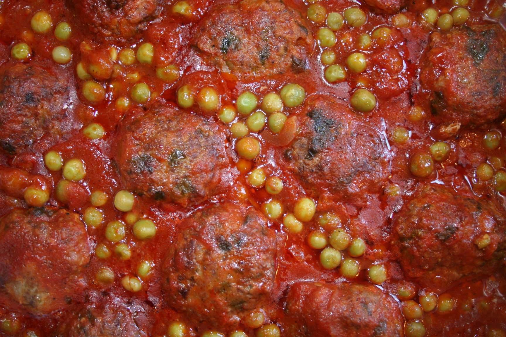 כדורי בשר ואפונה ברוטב עגבניות