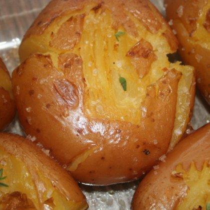 תפוחי אדמה אפויים במלח גס
