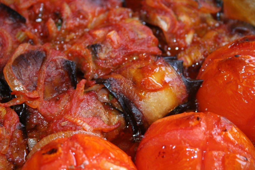 רול חצילים ברוטב עגבניות