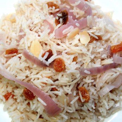 אורז עם בצל סגול צימוקים ושקדים