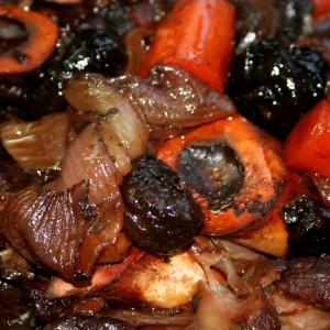 אוסובוקו עם ירקות שורש ושזיפים - צילום: שפרה נחום