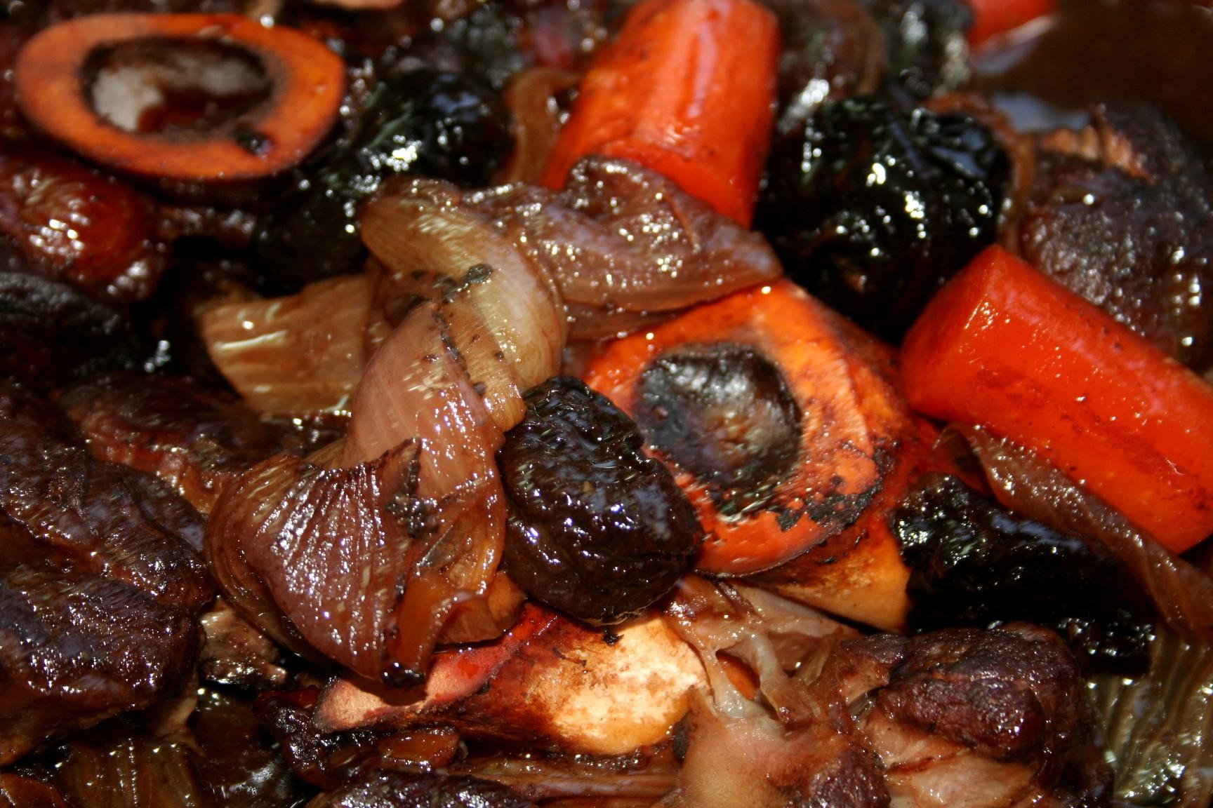 אוסובוקו עם ירקות שורש ושזיפים