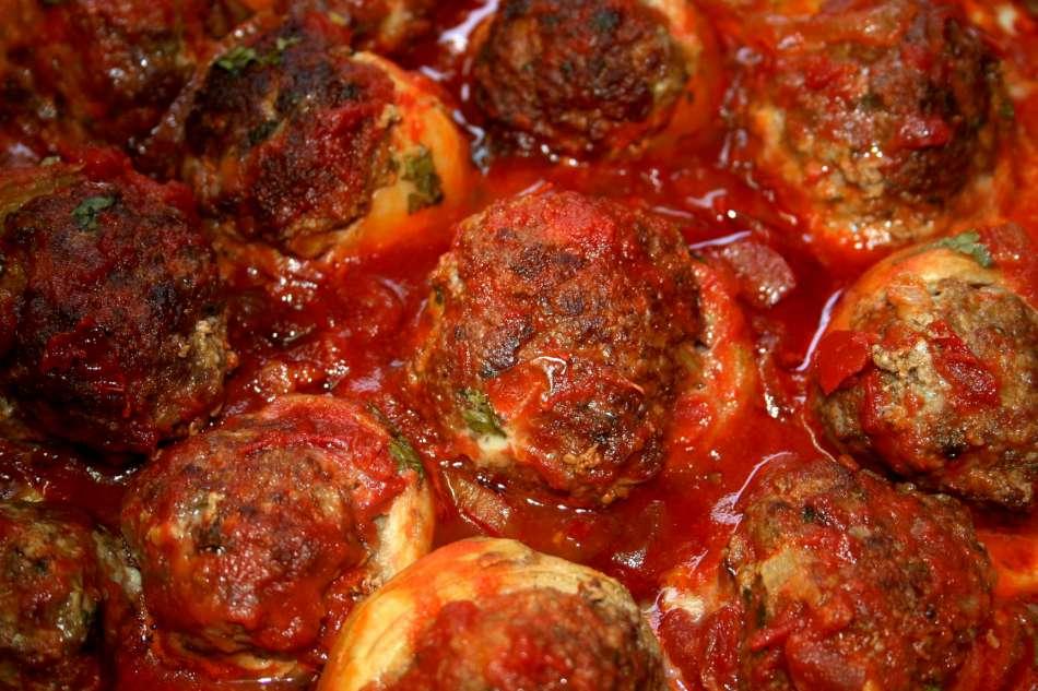 תחתיות ארטישוק ממולאות בשר ברוטב עגבניות