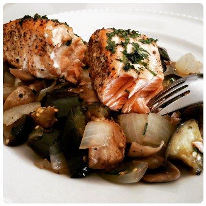 דג סלמון בתנור עם ירקות מבושלים