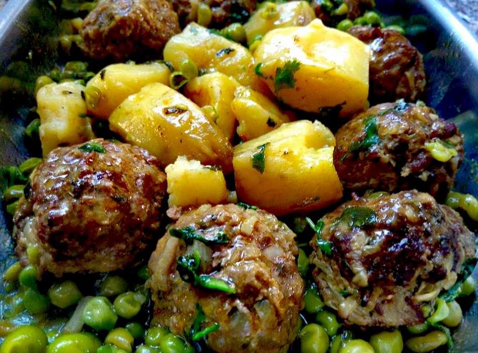 קציצות בשר עם אפונה וקאסביה (תפוח אדמה ירושלמי)