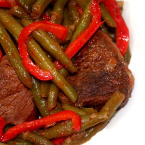 תבשיל בשר עם שעועית ירוקה ופלפל אדום
