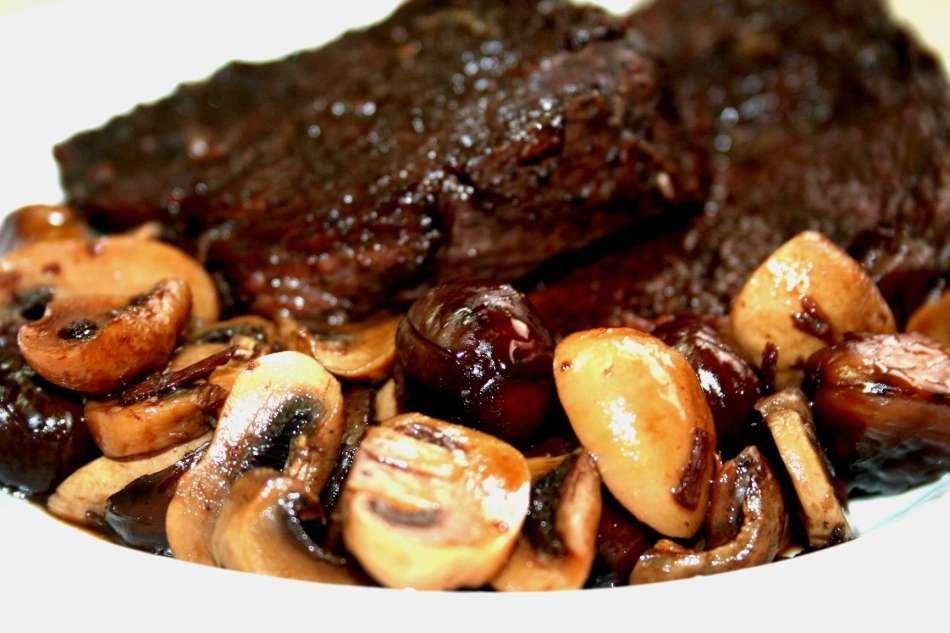 בשר פילה מדומה ביין אדום מתוק ערמונים ופטריות