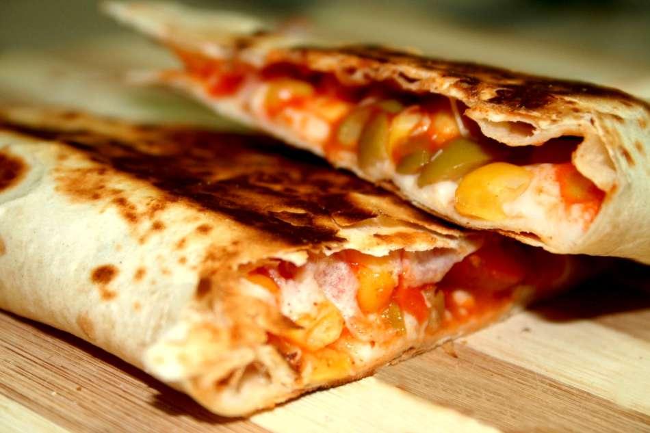 קסדייה במילוי רוטב פיצה ומוצרלה