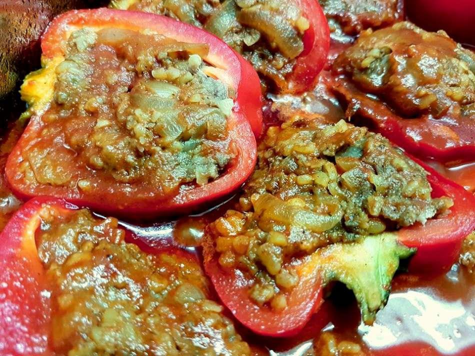 פלפלים אדומים ממולאים בבשר ובורגול גס