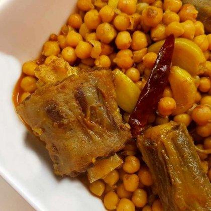 בשר זנב עם גרגירי חומוס ברוטב פיקנטי