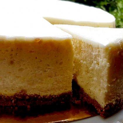עוגת גבינה אפויה בציפוי שמנת