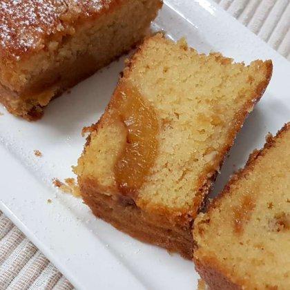 עוגה בחושה עם משמשים מקורמלים ואגוזי מלך