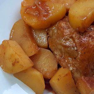 עוף ותפוחי אדמה ברוטב אדום