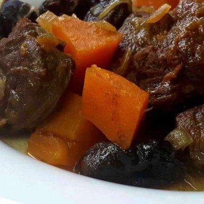 בשר אוסובוקו עם בטטה ושזיפים