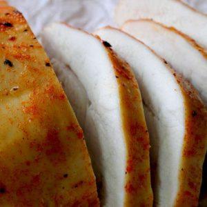 פסטרמה בפפריקה ורוטב צ'ילי מתוק