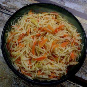 אטריות אורז עם גזרים וקישואים