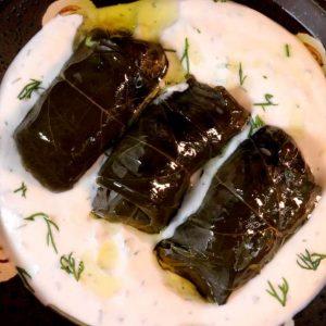 דולמה מאשכה / עלי גפן במילוי אורז ברוטב שום ושמיר