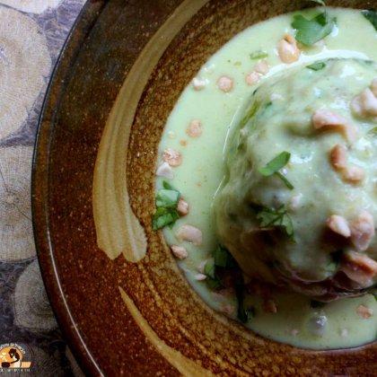 כדורי עוף בקרם קארי ירוק ובוטנים