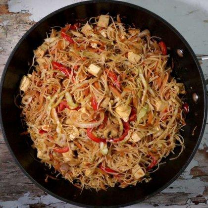 מקלוני אורז טופו וירקות מוקפצים