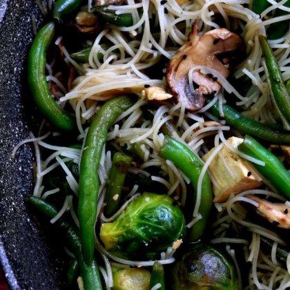 שעועית ירוקה כרוב ניצנים טופו ומקלוני אורז