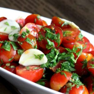 עגבניות שרי כוסברה ושום