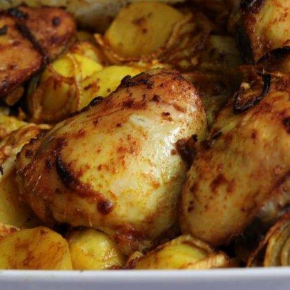 עוף ותפוחי אדמה ברוטב בצל בתנור