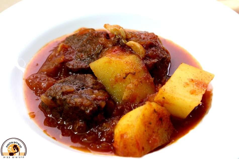 בשר כתף מרכזי ותפוחי אדמה ברוטב אדום