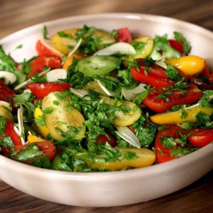 סלט עגבניות וירוקים