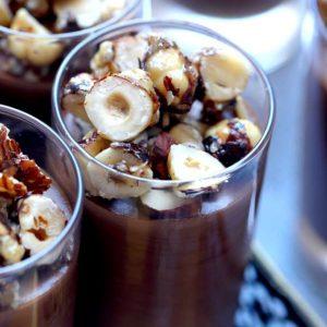 קינוחים בכוסות - קרם שוקולד ואגוזי לוז מקורמלים