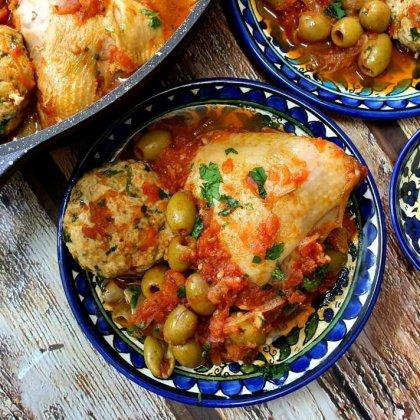עוף וכדורי עוף ברוטב עגבניות וזיתים