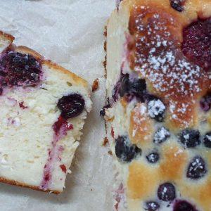 עוגת גבינה בחושה עם פירות יער