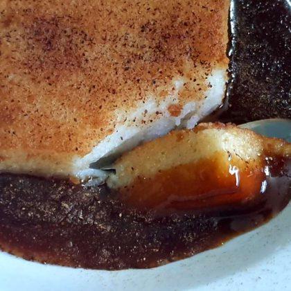 רוואני יווני – עוגת סולת וחלב ברוטב טופי